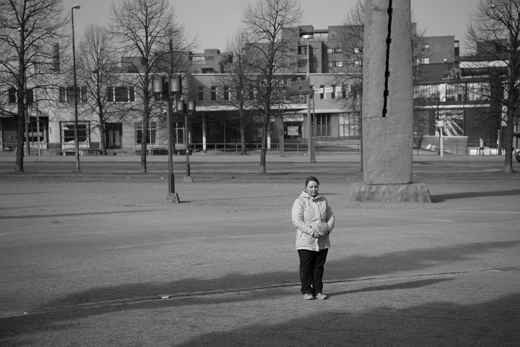 Kaupunkikuva, ihminen seisoo kadulla